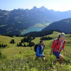 TVB Tannheimer Tal I Stefan Eisend (Wandern mit einzigartiger Bergkulisse und Blick auf den Haldensee)